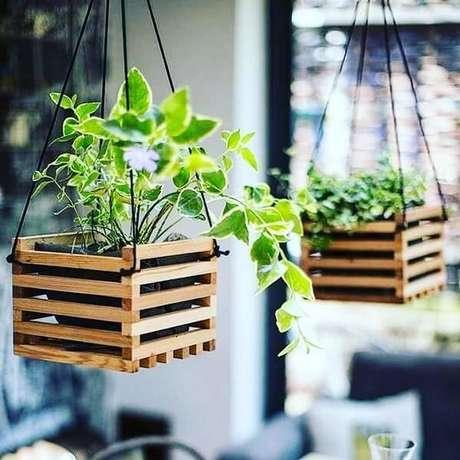 34. Floreira de madeira suspensa pode ser fixada no teto. Fonte: Pinterest