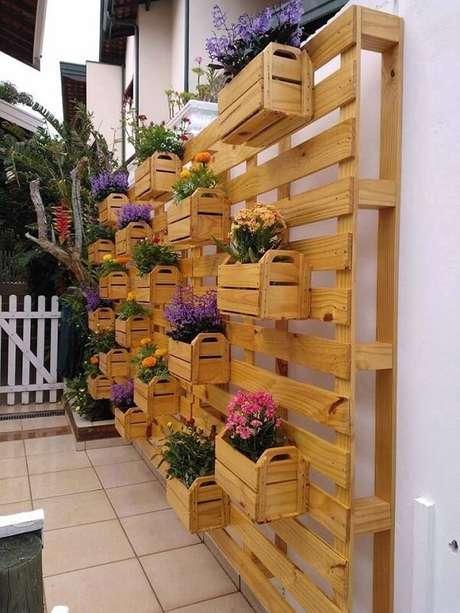 8. Floreira de madeira vertical feita com caixotes de madeira. Fonte: Pinterest