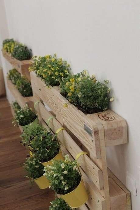 37. Floreira de madeira vertical feita com pallet. Fonte: Pinterest