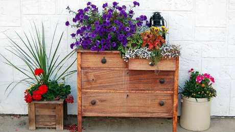 10. Floreira de parede com móvel antigo. Fonte: Westwing