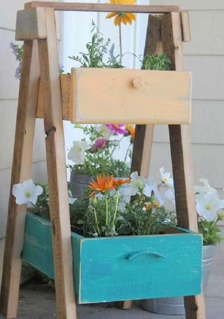 1. Floreira de madeira sustentável feita com gavetas antigas. Fonte:Pinterest