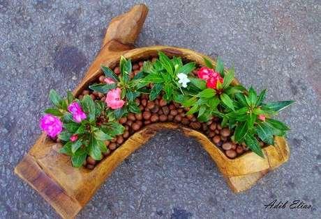 38. Floreira engenhosa feita com tronco retorcido. Fonte: Pinterest