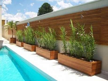 41. Floreira de madeira decora a borda da piscina. Fonte: Linha Levve