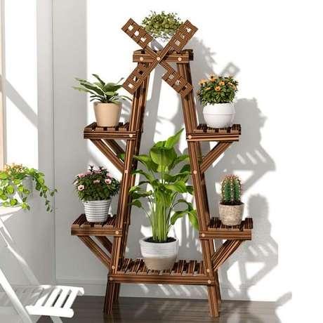 42. Modelo de floreira de madeira de chão com design de moinho de vento. Fonte: Pinterest