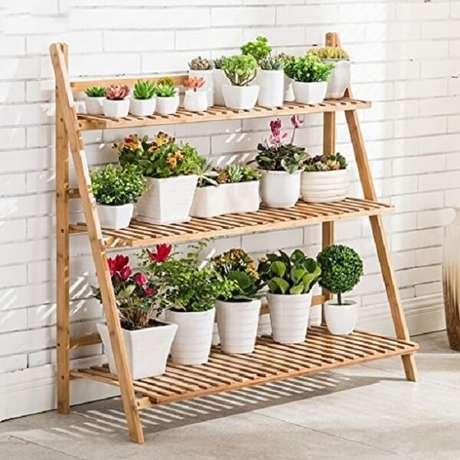43. Floreira de madeira feita com estante escada maximiza o espaço dentro de casa. Fonte: Pinterest