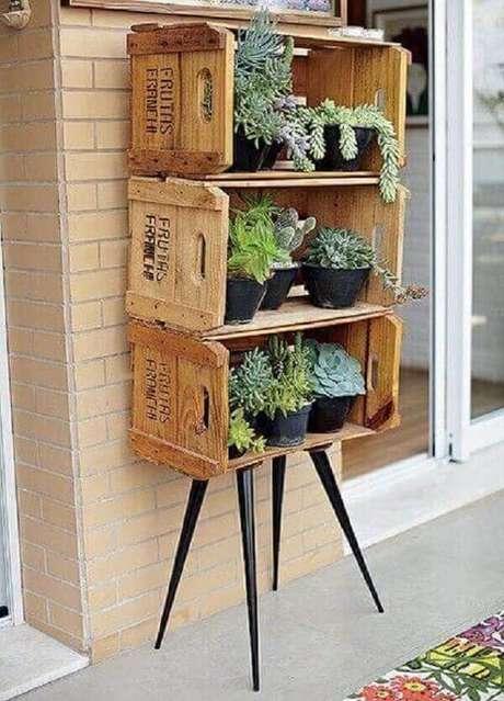 44. Floreira de madeira feita com caixotes. Fonte: Pinterest