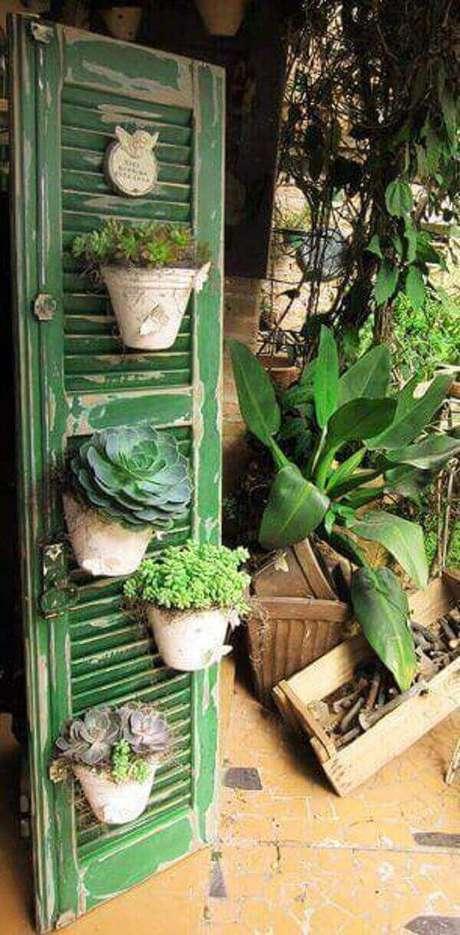 49. A estrutura da porta foi utilizada com floreira. Fonte: Pinterest