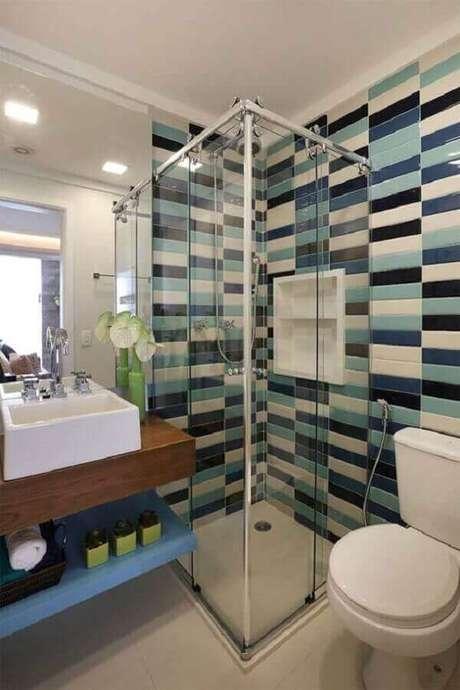 50. Modelo de banheiro de apartamento decorado com revestimento colorido – Foto: Dicas Decor