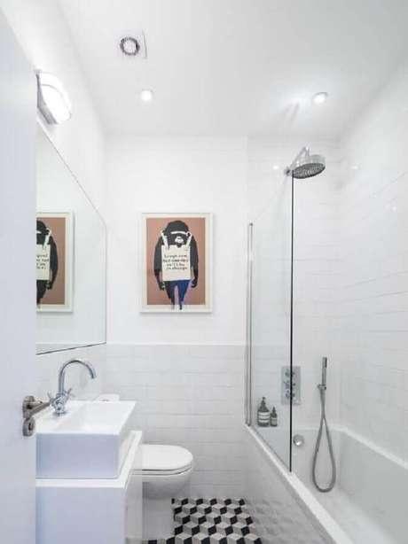55. Modelo de banheiro de apartamento simples todo branco – Foto: Home Designs Ideas