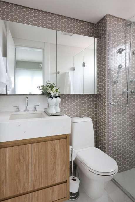 56. As pastilhas em formato hexagonal fazem toda a diferença na decoração de banheiro pequeno de apartamento – Foto: Levitrabook