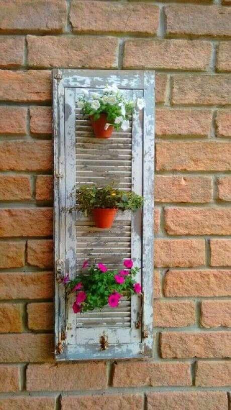 56. Reutilize janelas antigas e forme lindas floreirasde madeira. Fonte: Pinterest