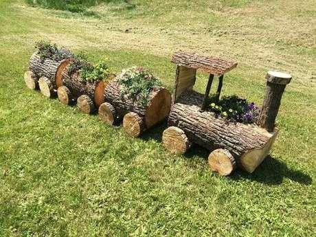12. Floreira de madeira rústica feita com tronco de árvore forma um lindo trenzinho. Fonte: Pinterest