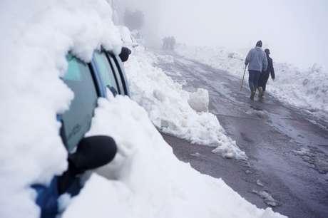 Carro coberto pela neve em Morella, na Espanha 22/01/2020 REUTERS/Juan Medina
