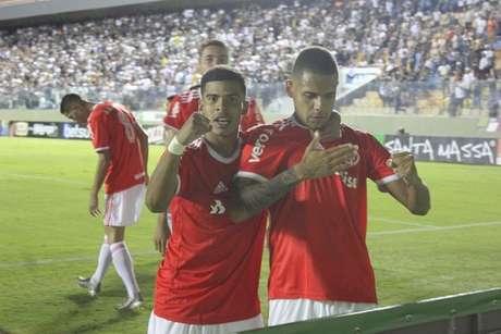 Garotos do Internacional comemoram um dos gols da vitória gaúcha (Foto: Reprodução/Twitter Internacional)