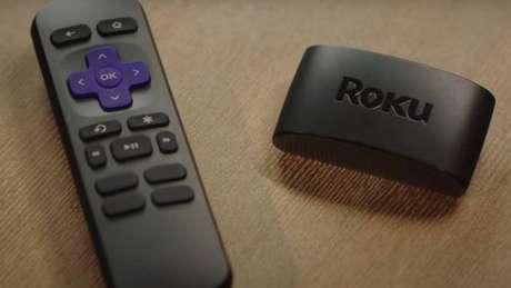 À direita dispositivo da Roku para TVs mais antigas