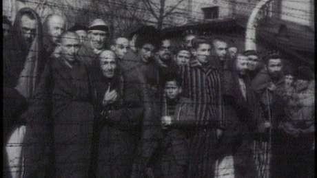 Imagem mostra prisioneiros em Auschwitz, nos anos 1940; Stern perdeu seus parentes ali, mortos na câmara de gás