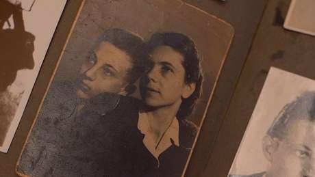 Andor Stern em foto com sua mãe; ela foi morta na câmara de gás em Auschwitz, quando ele era adolescente