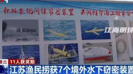 Tela de televisão mostra reportagem sobre drones encontrados pelo mar na China