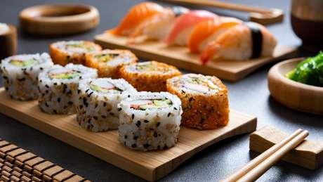 O NHS considera seguro comer peixe cru em pratos como sushi, porque, segundo eles, a maioria é feita com 'peixe de cativeiro'