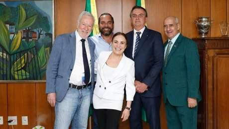 Regina Duarte leva filho (segundo da esq. para a dir., de camisa azul clara) a reuniões com cúpula do governo Bolsonaro
