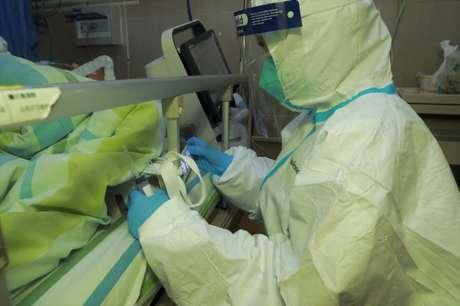 Médico atende paciente com pneumonia causada por novo coronavírus no hospital da Universidade de Wuhan 22/01/2020 cnsphoto via REUTERS
