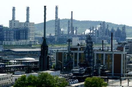 Refinaria de petróleo em Jilin, China  24/05/2004 REUTERS/Claro Cortes