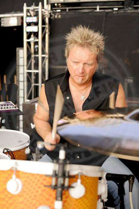 O baterista Joey Kramer toca no Aerosmith desde 1970.