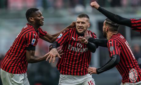 Jogadores comemorando gol da vitória sobre a Udinese (Foto: Divulgação/Milan)
