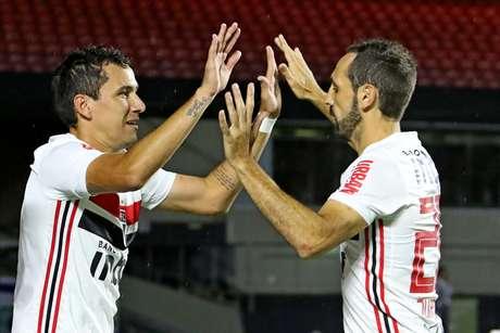 Pablo (esquerda) comemora seu gol com Juanfran.
