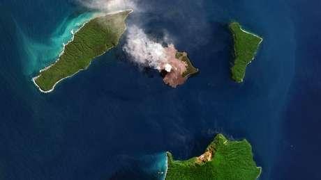 """O Anak Krakatoa em foto aérea de agosto de 2018, o """"filho do Krakatoa"""" emergiu da caldeira do vulcão original em 1929"""