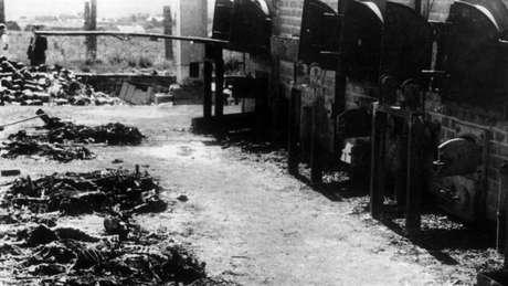 Geralmente, quatro a cinco corpos eram cremados juntos nos fornos de cremação em Auschwitz