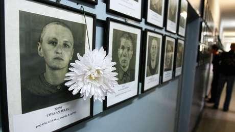 Fotos de alguns dos assassinados em Auschwitz em exibição em Cracóvia, Polônia