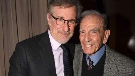 Steven Spielberg, diretor do filme 'A lista de Schindler', sobre o Holocausto, posa para foto ao lado de Dario Gabbai