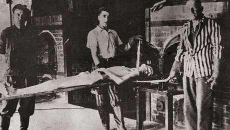 Depois da libertação de Auschwitz, os soviéticos encenaram o processo de cremação com Sonderkommandos