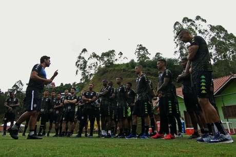 Alberto Valentim ainda com o elenco completo, no China Park (Foto: Vítor Silva/Botafogo)