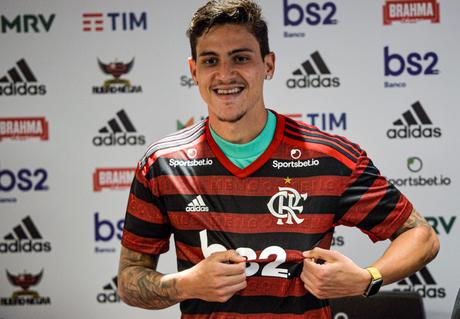 Atacante é apresentado no Flamengo (Foto: Reprodução/Twitter)