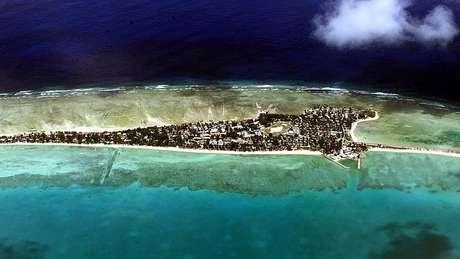 Tarawa, a capital, viu sua população aumentar de 1.600 habitantes em 1947 para mais de 50.000 hoje