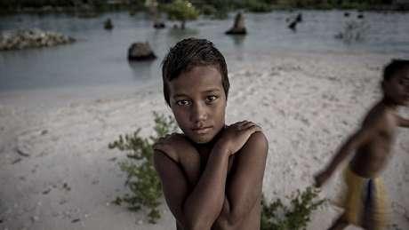 Acredita-se que as ilhas de Kiribati serão engolidas pelo oceano em 10 ou 15 anos, deixando sem lar as mais de 100.000 pessoas que vivem nelas