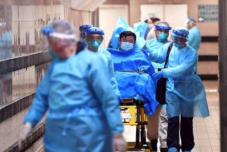 Equipe médica transfere paciente de um caso altamente suspeito de um novo coronavírus no Hospital Queen Elizabeth em Hong Kong, China 22/01/2020. cnsphoto via REUTERS