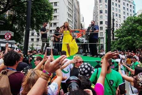 A cantora Elba Ramalho se apresenta para o público na abertura do Grande Cortejo Modernista, que circula pelas ruas do centro de São Paulo (SP), na tarde deste sábado (25), em comemoração ao aniversário de 466 anos da cidade