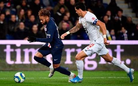 Neymar contra o Lille na temporada passada (Foto: FRANCK FIFE / AFP)