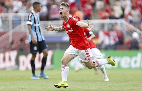 Guilherme Pato, do Internacional, marca e comemora seu gol diante do Grêmio