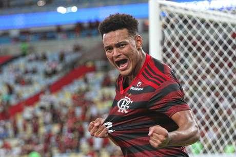 Rodrigo Muniz, atacante do Flamengo, comemora seu gol na partida contra o Volta Redonda