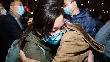 Médicos que foram paraacidade de Wuhan, onde o surto começou, tiveram que deixar a família para trás