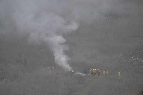 Bombeiros de Los Angeles chegam ao local do acidente de helicóptero, que vitimou o ex-astro de basquete Kobe Bryant e outras quatro pessoas em Calabasas, na Califórnia