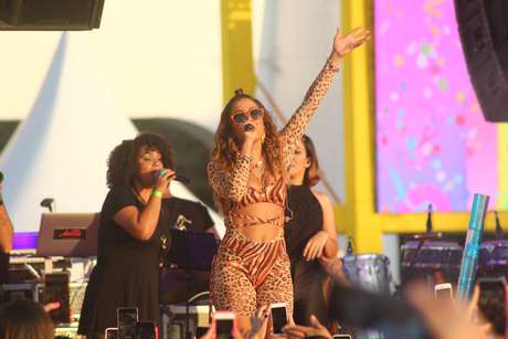 Anitta faz esquenta para o carnaval no Memorial da América Latina