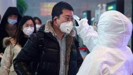 Relatório na OMS diz que, diante de casos de coronavírus surgidos em Wuhan, risco é 'muito alto na China, alto regionalmente e alto globalmente'