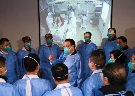 Primeiro-ministro da China, Li Keqiang (centro), se reúne com funcionários de hospital em Wuhan27/01/2020 cnsphoto via REUTERS