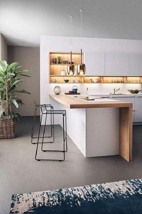 13. Modelo de banqueta alta moderna aramada para cozinha com bancada de madeira – Foto: Pinterest