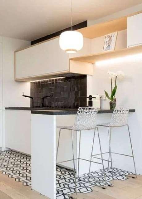 14. Banqueta alta moderna com assento de acrílico transparente para decoração de cozinha americana preta e branca – Foto: Pinterest
